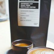 eine-cappuccino-tasse-mit-untertasse-kaffeesatz